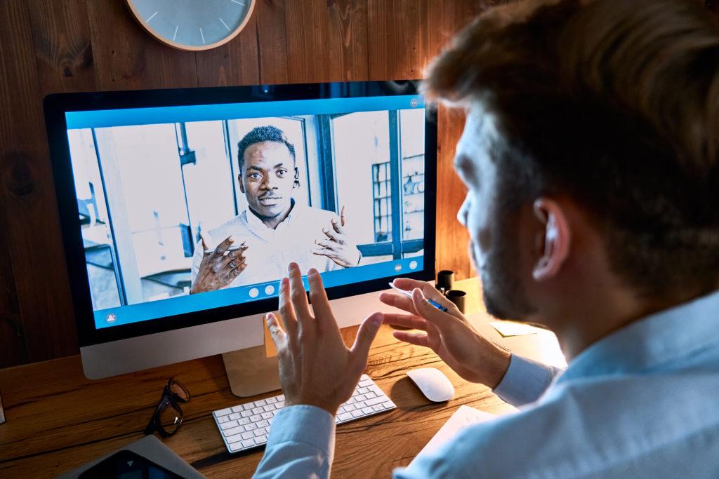 ビデオ通話は相手と視線を合わせづらいという欠点がある。